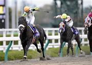 首勝一級賽酒井學,過終點後舉鞭慶祝 Source: Sankei Sports