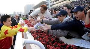 平時對馬迷冷酷的蔡明紹,主動接受馬迷握心及簽名。 Source: HKJCSource: HKJC