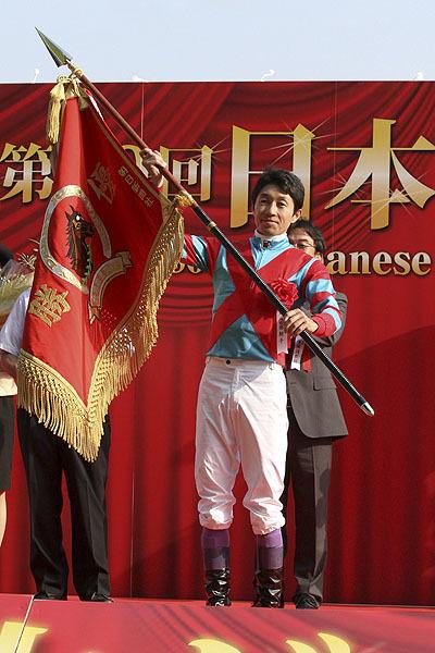 武豐相隔七年,再度站上東京優駿的頒獎台,獲得了馬迷的熱烈歡呼 Source: Keiba Book
