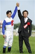 安田隆行及岩田康誠同賀今場賽事的勝利。 Source: Sankei Sports