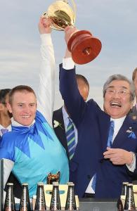 「愛發達」騎師潘頓以及練馬師梅田智之齊齊高舉獎盃。 Source: Alex Coppel/News Coup Australia